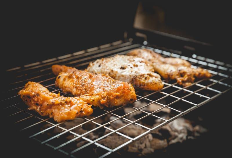 烤鸡用在烤肉的黑胡椒 例证百合红色样式葡萄酒 库存图片