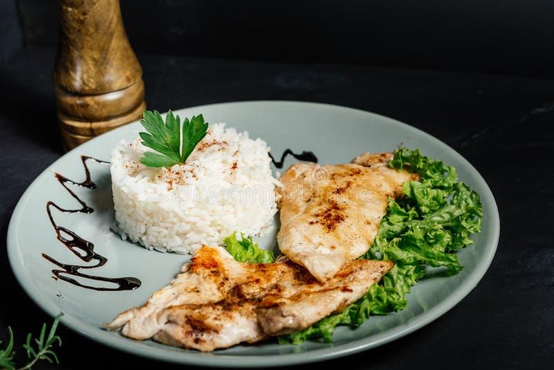 烤鸡用意大利煨饭和荷兰芹在小餐馆服务 免版税库存图片