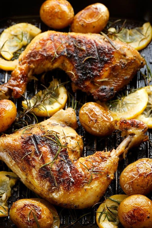 烤鸡用迷迭香和柠檬 免版税库存照片