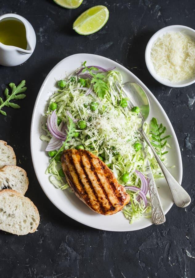 烤鸡胸脯和圆白菜、绿豆和巴马干酪凉拌卷心菜沙拉 健康平衡的食物 项目符号 免版税库存照片