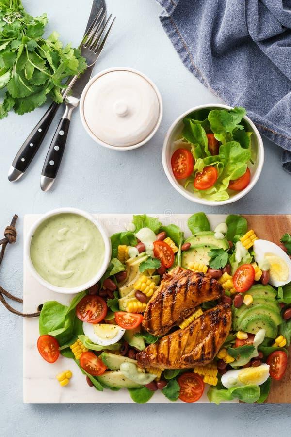 烤鸡胸脯和新鲜蔬菜沙拉 r 免版税图库摄影