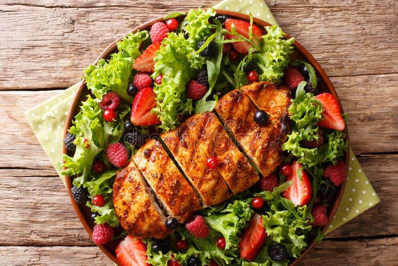 烤鸡胸脯,新鲜的莓果, l夏天健康沙拉  库存图片