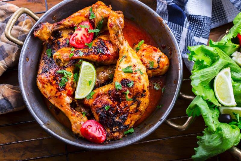 烤鸡腿、莴苣和西红柿limet橄榄 传统的烹调 地中海烹调 库存照片