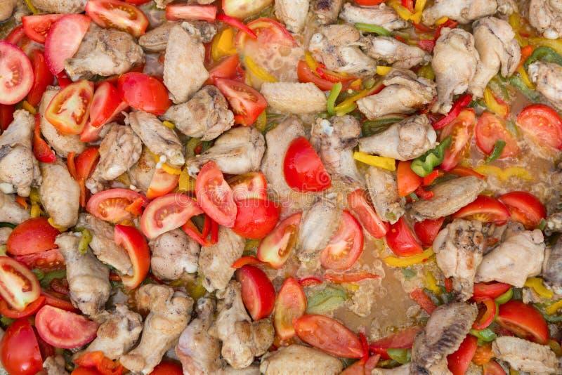 烤鸡腿和翼街道食物节日的 库存照片