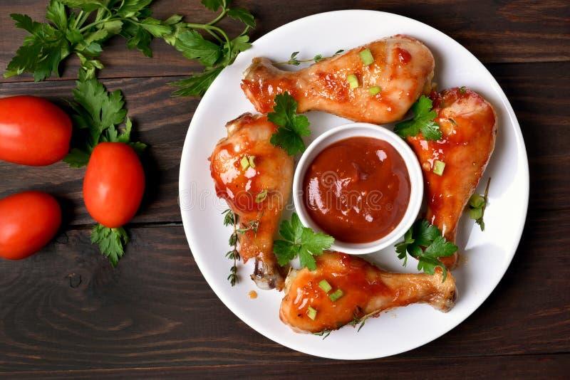 烤鸡腿和西红柿酱 免版税库存照片