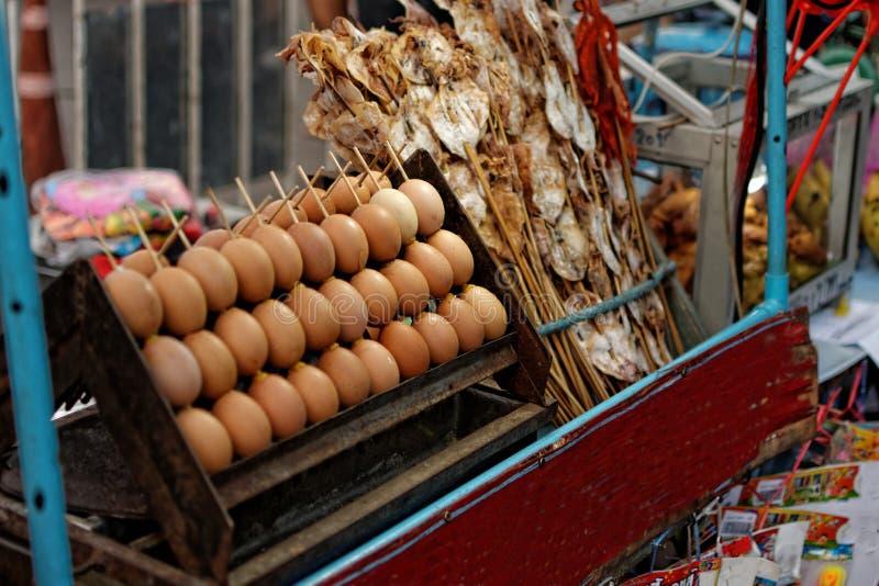 烤鸡蛋和烤乌贼:从公平的寺庙的食物 免版税库存照片