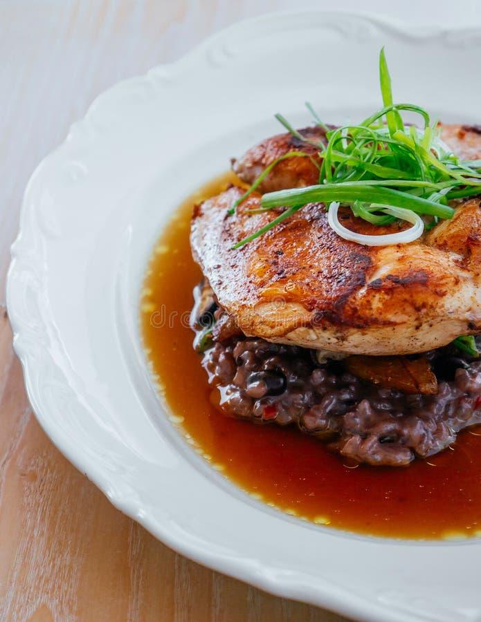 烤鸡辣乳房用在汤的棕色意大利煨饭 库存照片