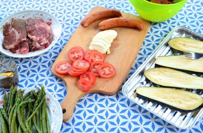 烤鸡香肠和一张被摆的桌子 免版税库存图片