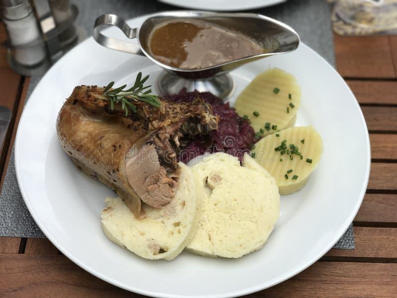 烤鸭、红叶卷心菜和土豆欧洲人烹调 免版税库存图片