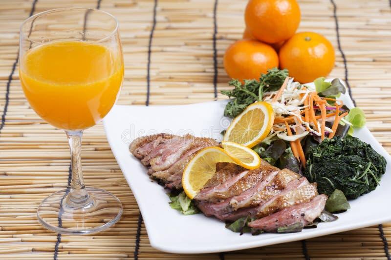 烤鸭乳房用橙色调味汁 免版税图库摄影