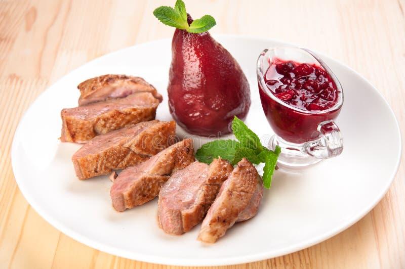 烤鸭乳房用莓调味汁 免版税库存照片