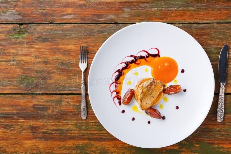 烤鹅肝用日期果子和苹果 免版税库存图片