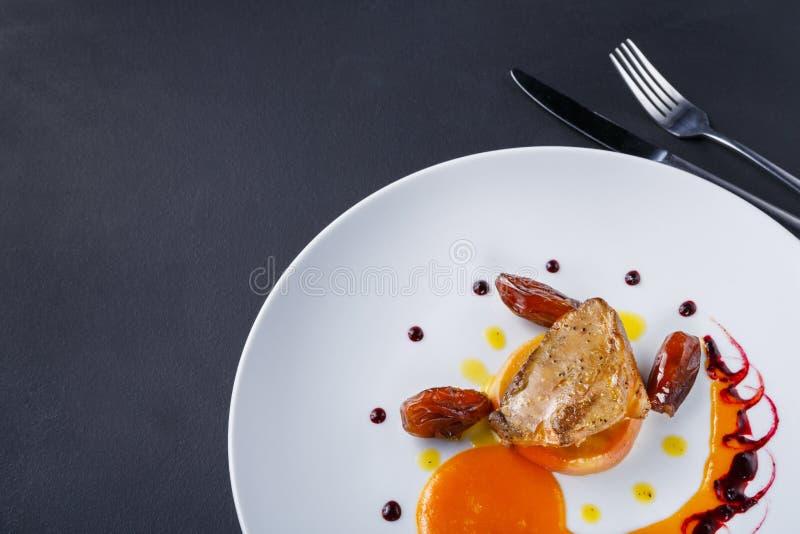 烤鹅肝用日期果子和苹果 库存图片