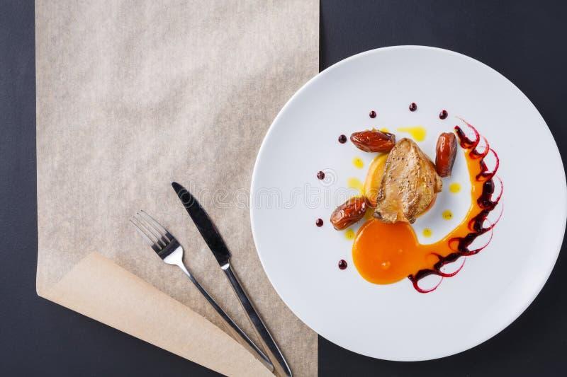 烤鹅肝用日期果子和苹果 免版税图库摄影