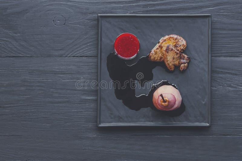 烤鹅肝fois gras用梨,餐馆食物 库存照片