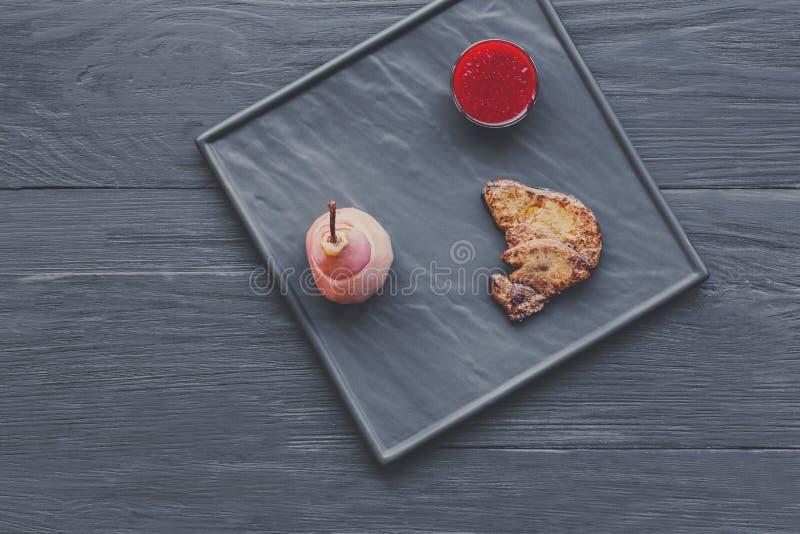 烤鹅肝fois gras用梨,餐馆食物 库存图片