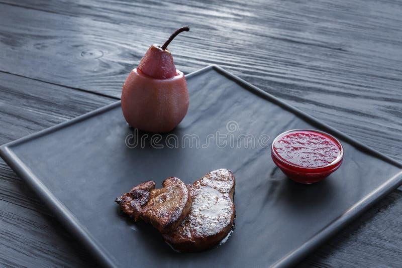 烤鹅肝fois gras用梨,餐馆食物 图库摄影