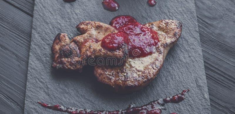 烤鹅肝fois gras用梨,餐馆食物 免版税库存照片