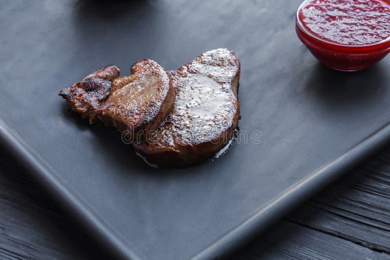 烤鹅肝fois gras用调味汁,餐馆食物 免版税库存照片