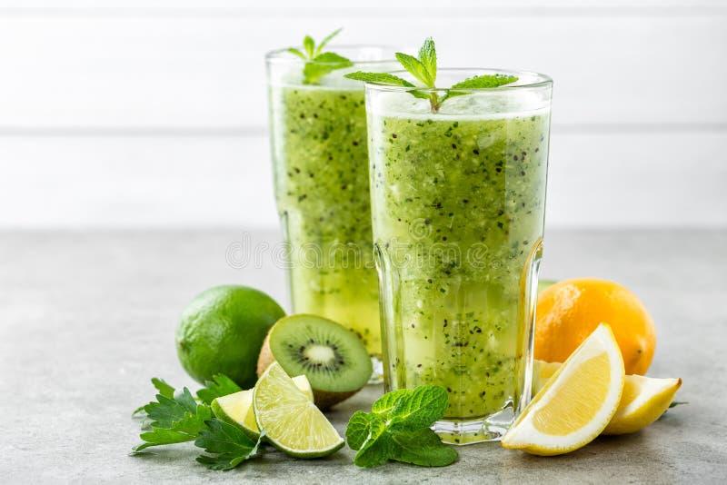 烧与猕猴桃、柠檬、薄菏和荷兰芹的油脂绿色水果鸡尾酒 免版税库存图片
