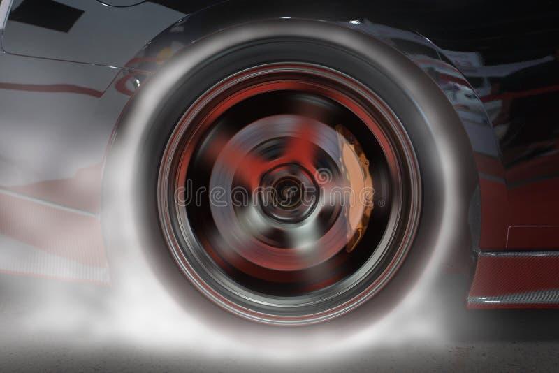 烧后轮轮胎的跑车在开始前加热好牵引的橡胶赛跑 库存照片