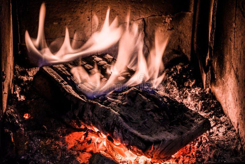 烧在与炭烬的老火炉的木头 库存图片