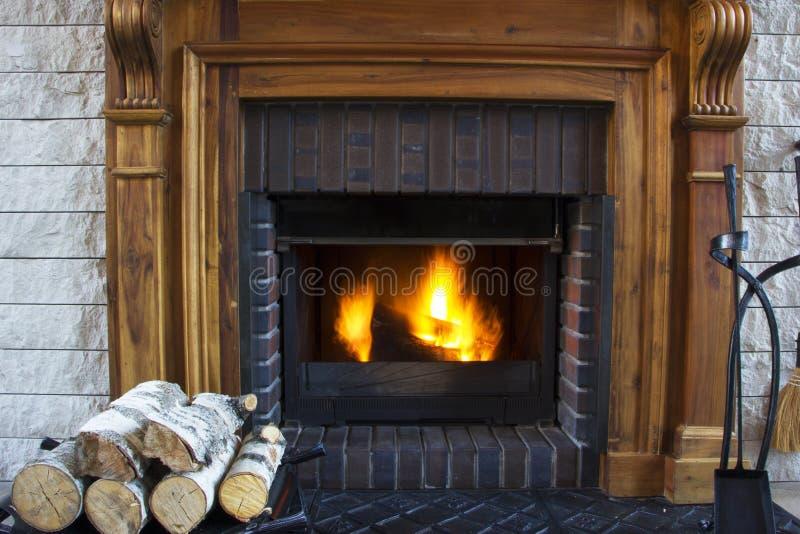 烧在壁炉的巨大住宅火灾 库存照片