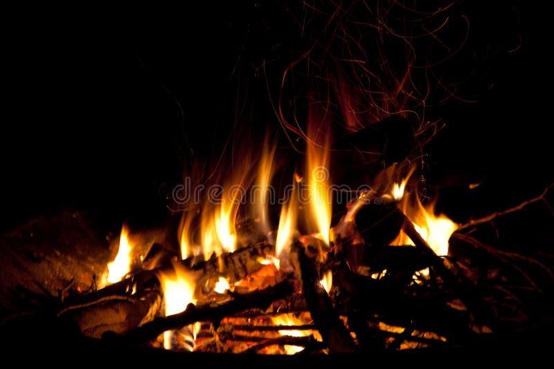 烧在壁炉边的火 库存照片