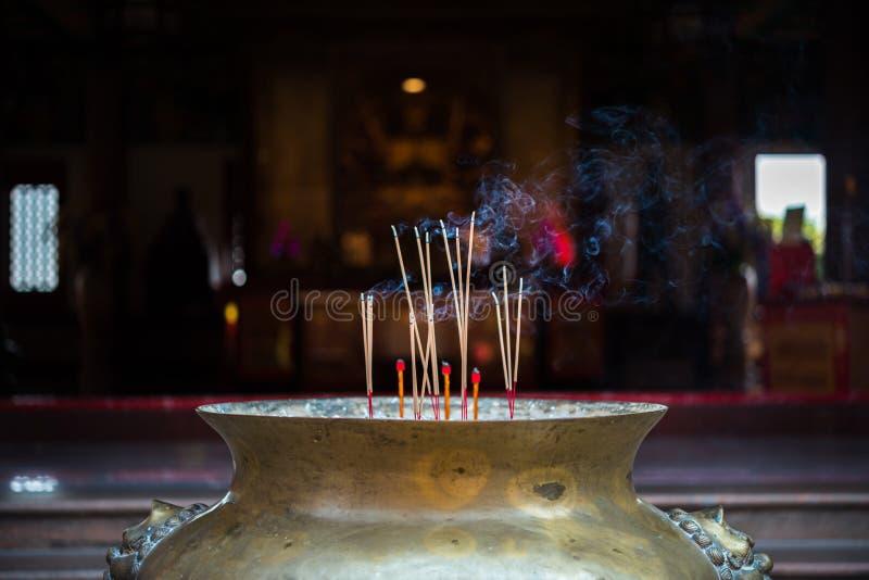 烧在寺庙的香或香火棍子 免版税库存图片