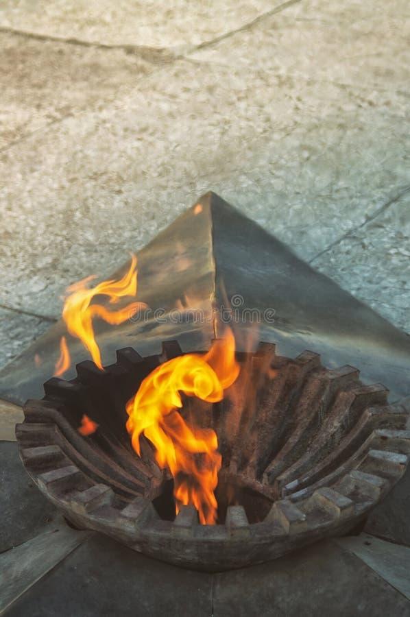 烧在星,标志,一座历史纪念碑的永恒火焰修建由下落的英雄在巨大爱国战争期间 图库摄影
