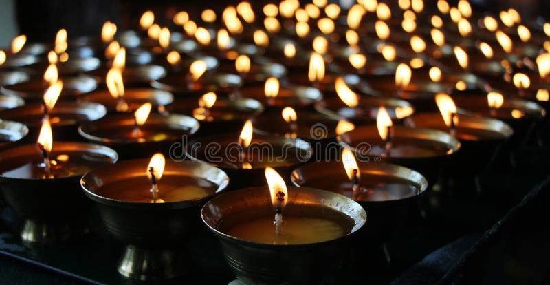 烧在晚上的圣诞节蜡烛 提取背景蜡烛 烛光焰金黄光 免版税库存图片