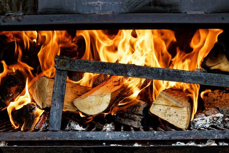 烧在木火炉的日志 免版税库存照片
