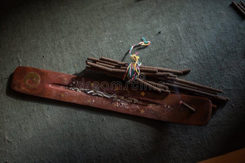 烧在棍子持有人,束的香火棍子香火棍子 芳香疗法 库存照片