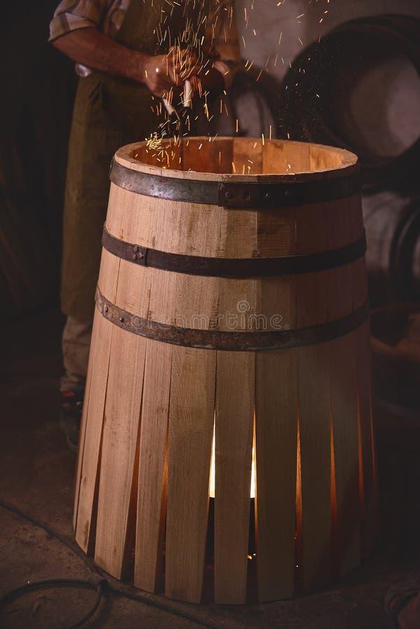 烧在橡木的火焰为射击它的内在边滚磨在木桶匠` s车间 库存图片