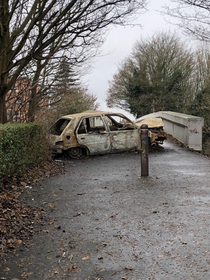 烧在步行桥的汽车下在法国 库存图片