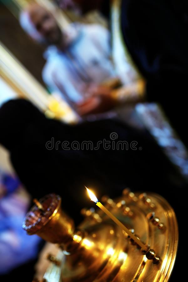 烧在金黄烛台的蜡烛在教会里 库存图片