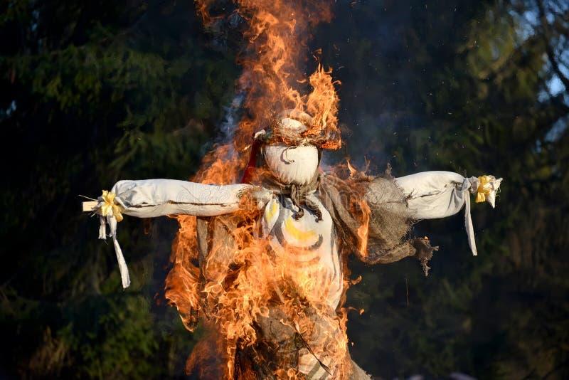 烧在Maslenitsa的庆祝的一个肖象在俄罗斯 库存图片
