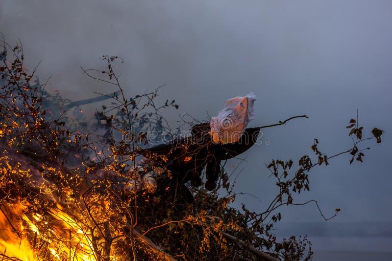 烧巫婆肖象是丹麦盛夏传统 免版税库存照片