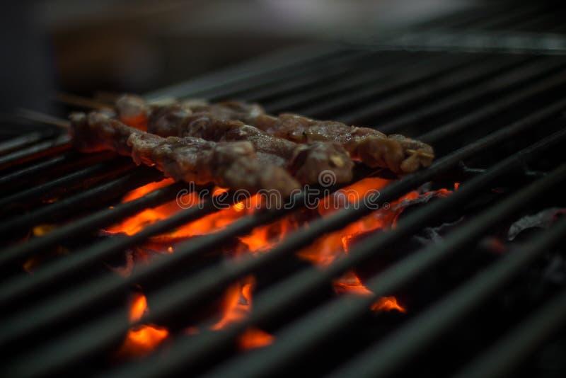 烧得发嘶声在格栅的肉Kebabs 库存照片