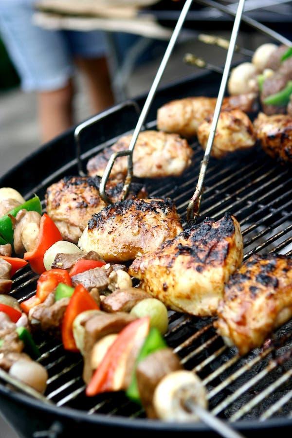 烧得发嘶声鸡的kebabs 免版税库存图片