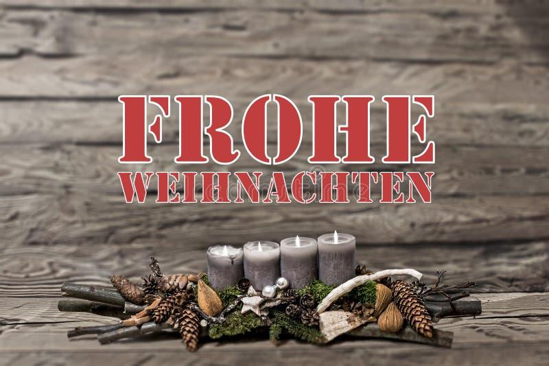 烧灰色蜡烛的圣诞快乐装饰弄脏了背景德语的正文消息 免版税库存照片