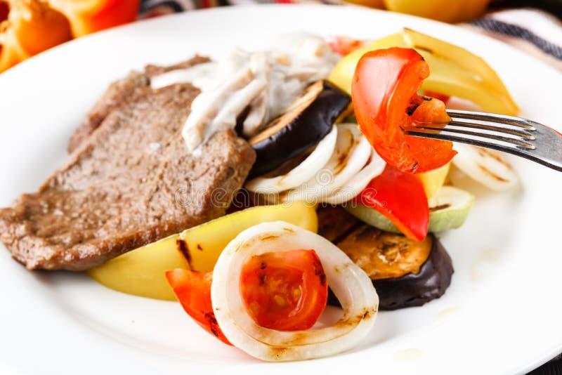 烧烤盘 牛排和烤蔬菜 免版税库存照片