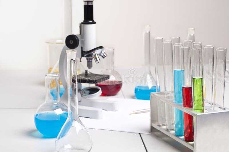 烧瓶实验室显微镜管工作场所 库存图片