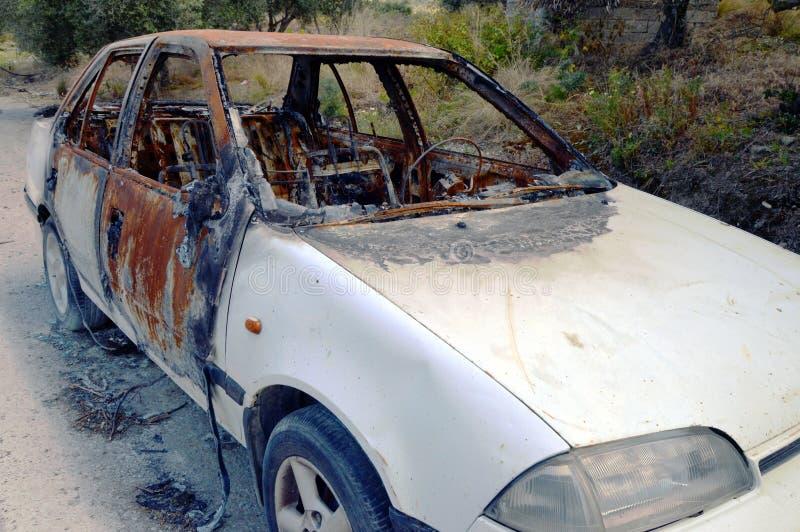 烧的一辆汽车在路 库存照片