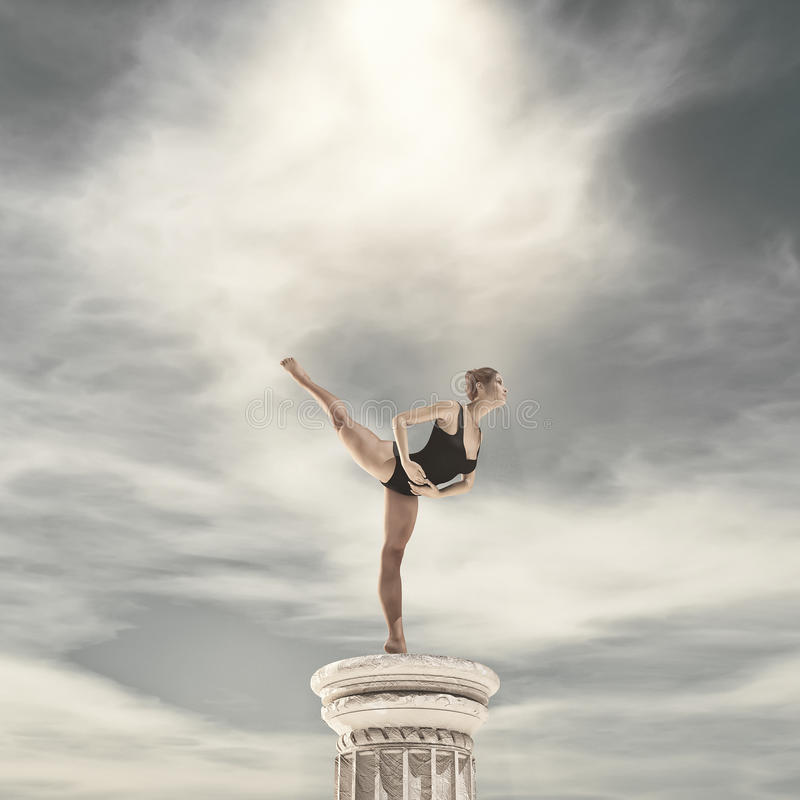 热切跳舞的芭蕾舞女演员 免版税库存图片