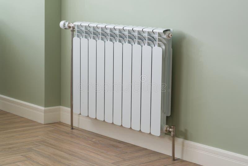 热化幅射器,在公寓的白色幅射器 库存图片