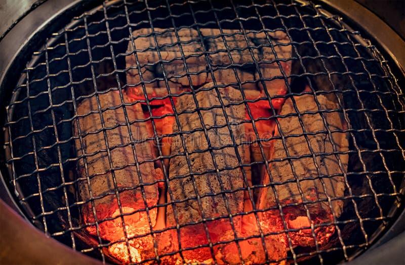 热发光烧煤在烤肉格栅 免版税库存图片