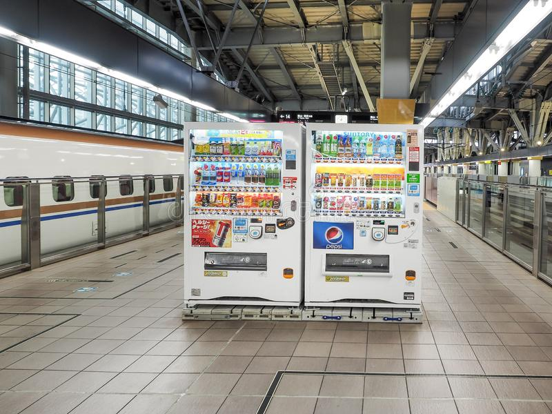 热和冷的饮料的自动贩卖机被安置在小Shinkansen驻地里面 免版税库存图片