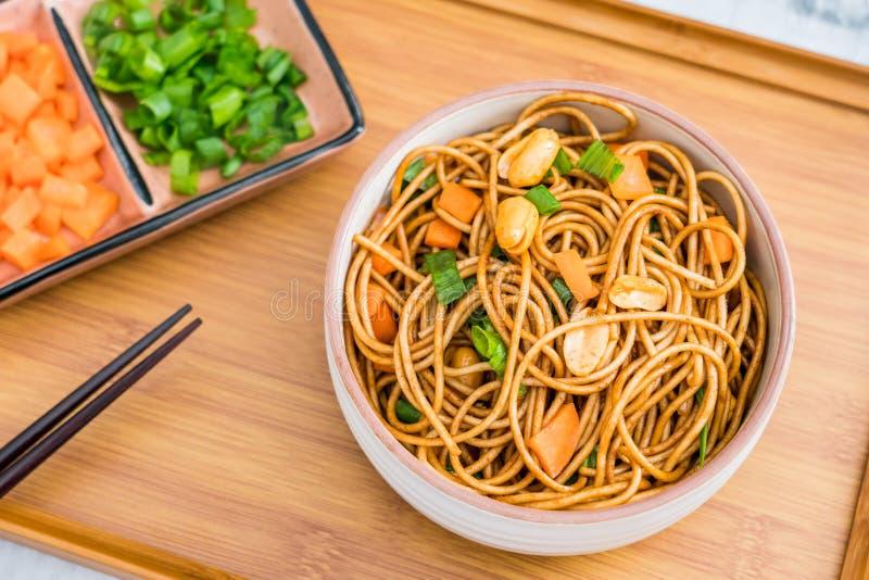 热和干面条特写镜头著名快餐的在武汉,中国 免版税库存照片