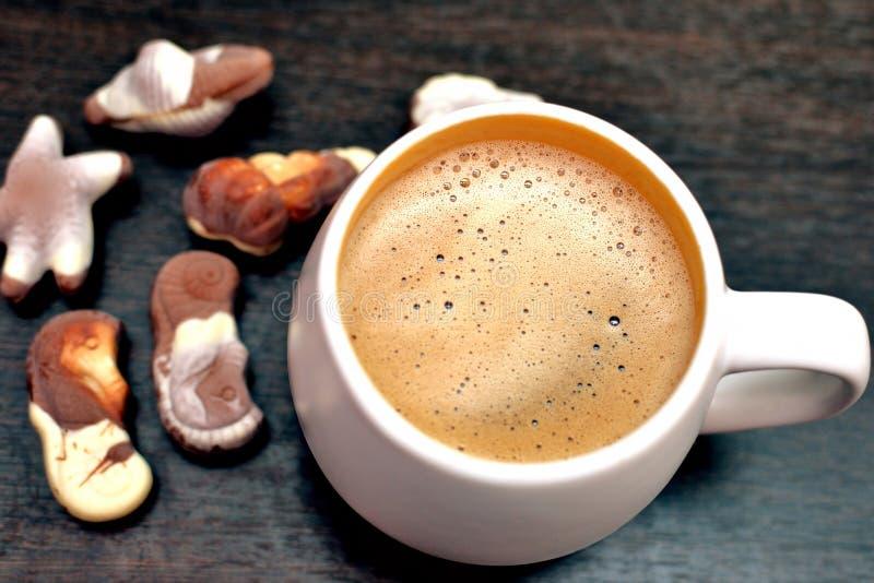 热奶咖啡和食家比利时人巧克力 免版税库存图片